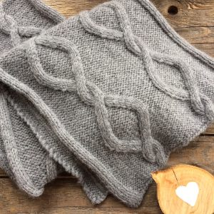Wolle Rödel Schal mit Zopfmuster Anleitung