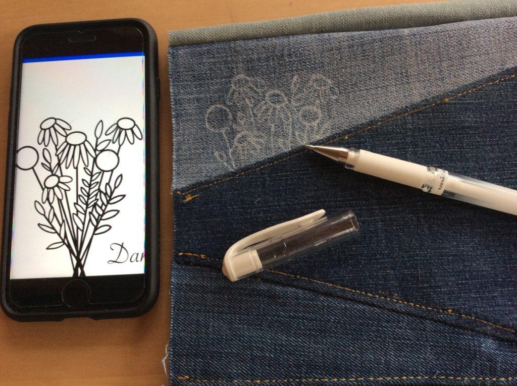 Blumenstickerei auf Jeans